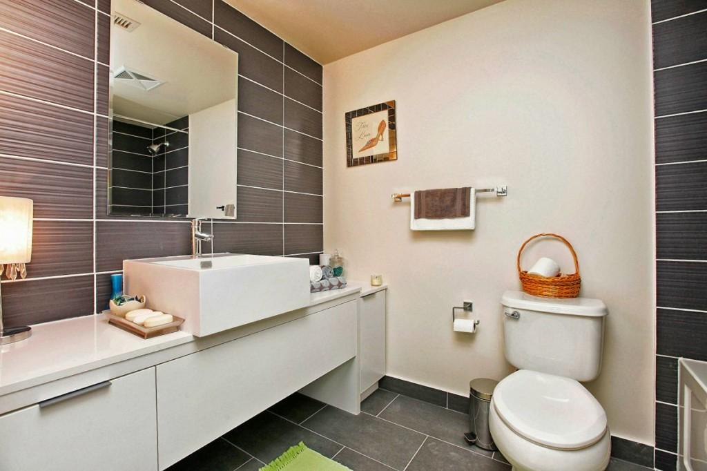 5 Hanna Ave 639 Bathroom 1